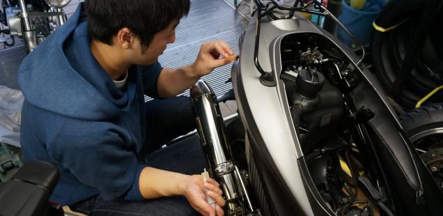 ガラスコーティング剤を購入したお客様が来店しました。アドレスV125 バイク ガラスコーティング